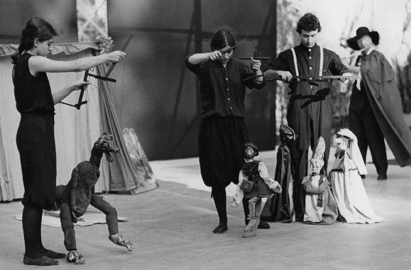 Street performers with marionettes, Italy. Image: Wikimedia Commons