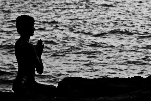 Yoga_prayer_by_the_Sea
