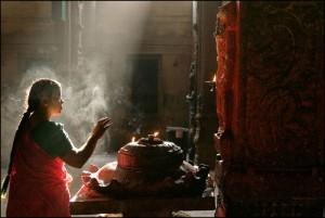 claude-renault800px-Madurai_Meenakshi_temple_prayer