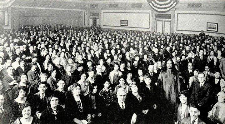 yogananda-crowd
